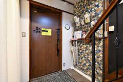 内部から見た玄関まわりの様子。壁には部屋ごとのレターケースが設置されています。(2018-02-01,周辺環境,ENTRANCE,1F)
