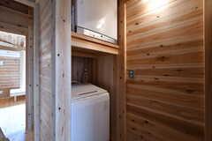 洗濯機と乾燥機の様子。対面にもう1セット洗濯機と乾燥機があります。1セットは女性専用の設備です。(2020-03-13,共用部,LAUNDRY,2F)