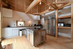 キッチン前には天板を作業スペースとして使える業務用冷凍庫が設置されています。(2020-03-27,共用部,KITCHEN,1F)