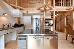 業務用の冷凍庫の様子。奥には業務用の冷蔵庫があります。(2020-03-27,共用部,KITCHEN,1F)