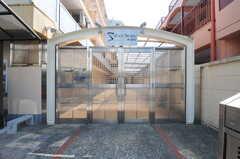 門扉の様子。右手前がごみ収集ボックスです。(2014-01-20,共用部,OTHER,1F)