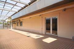 屋根はほぼ全面に取り付けるので、雨の日でも濡れずに玄関まで行くことができます。(2014-04-08,共用部,OTHER,1F)