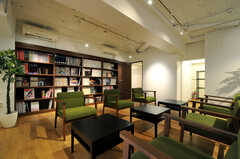 壁の一面はライブラリースペースとして本棚になっています。(2014-01-20,共用部,LIVINGROOM,1F)