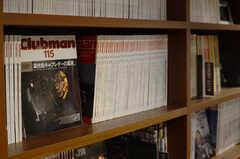 バイク関連雑誌を中心とした、JAZZ、旅行など趣味に関する書籍が1000冊以上取り揃えられています。(2014-01-20,共用部,LIVINGROOM,1F)