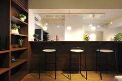 ラウンジ脇には、カウンターテーブルが用意されています。(2014-01-20,共用部,LIVINGROOM,1F)