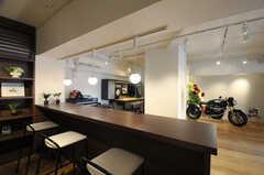 カウンターテーブルからの眺め。向こう側がメンテナンス・カスタムスペースです。(2014-01-20,共用部,LIVINGROOM,1F)