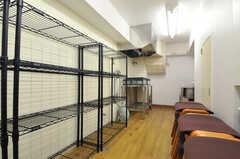 倉庫スペースには、書籍のバックナンバーが置かれる予定。突き当りにはシンクもあります。(2014-01-20,共用部,OTHER,1F)