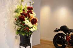 玄関を開けて出迎えてくれる、鮮やかな花束。(2014-01-20,共用部,OTHER,1F)