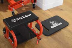 作業するときに便利な膝パットとタイヤ付きのスツール。(2014-01-20,共用部,OTHER,1F)