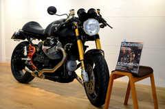 スタッフさんが所有するバイクが置かれています。過去にバイク雑誌の表紙を飾ったこともあるそう。(2014-01-20,共用部,OTHER,1F)