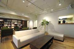 本棚の脇にある入り口の先に、廊下が続いています。(2014-01-20,共用部,OTHER,1F)