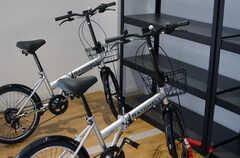 普段は屋外に置かれていますが、共用の自転車も2台用意されています。ノーパンクタイヤなので、メンテナンスも楽です。(2014-01-20,共用部,GARAGE,1F)