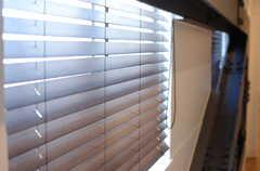 ほとんどの窓に、木製のブラインドが取り付けられています。(2014-01-20,共用部,OTHER,2F)