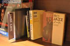 ジャズ関連の本もいくつかあります。(2014-01-30,共用部,LIVINGROOM,1F)