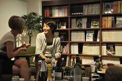 パーティの様子3。女性ライダーも、熱く語ります。(2014-06-03,共用部,PARTY,1F)