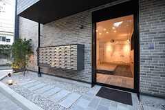 玄関の様子。玄関の脇にポストが設置されています。ポストは専有部ごとに用意されています。(2016-11-07,周辺環境,ENTRANCE,1F)