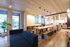 リビングの様子。ソファとダイニングテーブルが置かれています。(2016-11-07,共用部,LIVINGROOM,1F)