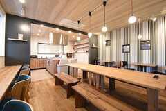 ダイニングテーブルの様子。奥にテーブルとチェアが置かれています。(2016-11-07,共用部,LIVINGROOM,1F)