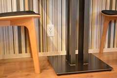 テーブルの脚元には電源コンセントが設置されています。(2016-11-07,共用部,LIVINGROOM,1F)