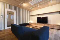 ソファスペースの様子。ソファの対面にはTVが設置されています。(2016-11-07,共用部,LIVINGROOM,1F)