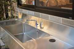 ウッドデッキテラスには、洗面台が設置されています。(2016-11-07,共用部,LIVINGROOM,1F)
