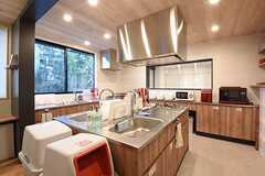 キッチンの様子。シンクとガスコンロが3つずつ用意されています。(2016-11-07,共用部,KITCHEN,1F)