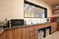 キッチン脇は収納棚です。収納棚にはキッチン家電が並んでいます。(2016-11-07,共用部,KITCHEN,1F)