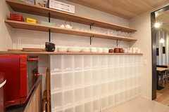 収納棚の脇は専有部ごとの収納スペースです。(2016-11-07,共用部,KITCHEN,1F)