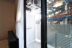 ベランダの様子。全室、物干し金具が設置されています。(102号室)(2016-11-07,専有部,ROOM,1F)
