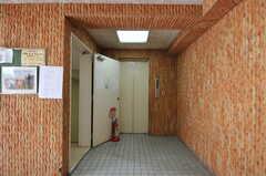 シェアハウスのあるフロアまではエレベーターか階段を使います。(2012-10-05,共用部,OTHER,1F)