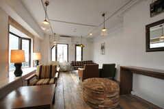 ソファが多く落ち着いた雰囲気。(2012-10-05,共用部,LIVINGROOM,3F)