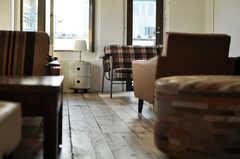 古木のフローリングと1点モノのアンティーク家具の相性はぴったり。(2012-11-04,共用部,LIVINGROOM,3F)