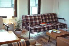 チェックのソファが人気なんだとか。グリーンもあり、落ち着ける空間。(2012-11-04,共用部,LIVINGROOM,3F)