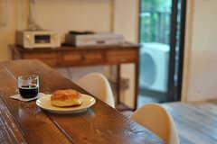 キッチンカウンターの様子。オーブンがあるので、パンも焼けるのだそうです。(2012-11-04,共用部,LIVINGROOM,3F)
