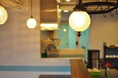 ランプやキッチンまわりの家具は、アンティークショップで揃えたのだとか。(2012-11-04,共用部,LIVINGROOM,3F)