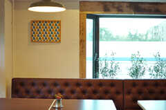 窓枠に設えられた古木が、良いアクセント。(2012-11-04,共用部,LIVINGROOM,3F)