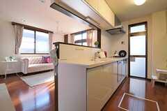 手前にキッチン、奥にリビングがあります。(2013-08-27,共用部,LIVINGROOM,1F)