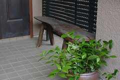 玄関前にはベンチが。(2014-10-10,周辺環境,ENTRANCE,1F)