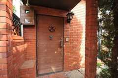 玄関ドアの様子。(2013-02-22,周辺環境,ENTRANCE,1F)
