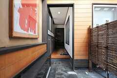 正面玄関から見た内部の様子。右手にサンルームとリビングがあります。(2013-02-22,周辺環境,ENTRANCE,1F)