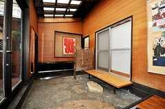 サンルームから見た玄関周辺の様子。(2009-10-11,周辺環境,ENTRANCE,1F)