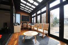 一面が窓。とても明るいです。(2013-02-22,共用部,LIVINGROOM,1F)