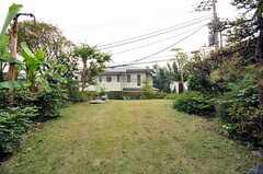 庭の様子2。BBQもできます。(2009-11-10,共用部,OTHER,1F)