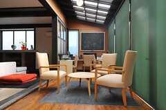 サンルームのロールスクリーンを下ろすと、少し落ち着いた空間になります。(2013-02-22,共用部,LIVINGROOM,1F)