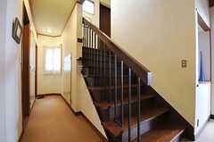 階段の様子。左手にトイレと洗面台があります。(2013-02-22,共用部,OTHER,1F)