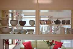 食器棚の様子。両側から開けられるタイプです。(2015-05-29,共用部,KITCHEN,1F)