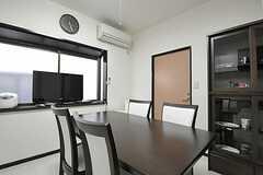 リビングの様子2。食器棚脇のドアは廊下に続いています。(2011-09-29,共用部,LIVINGROOM,3F)