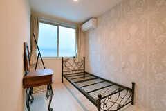 専有部の様子。(103号室)※2019年4月現在、ベッドは引き出し付きの白い木製ベッドに変更されています。(2018-01-17,専有部,ROOM,1F)