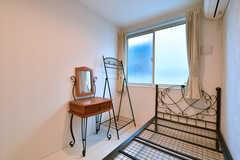 デスクと収納ポールは備え付けです。(103号室)※2019年4月現在、ベッドは引き出し付きの白い木製ベッドに変更されています。(2018-01-17,専有部,ROOM,1F)