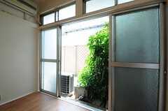 窓の外には緑が。(101号室)(2013-05-10,専有部,ROOM,1F)
